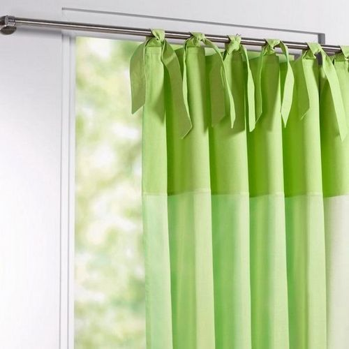 Зеленые шторы в интерьере гостиной